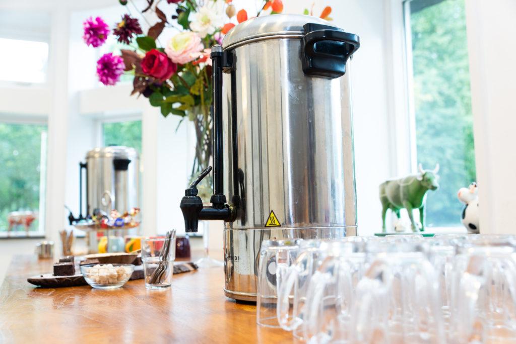 Perculator met koffie of thee