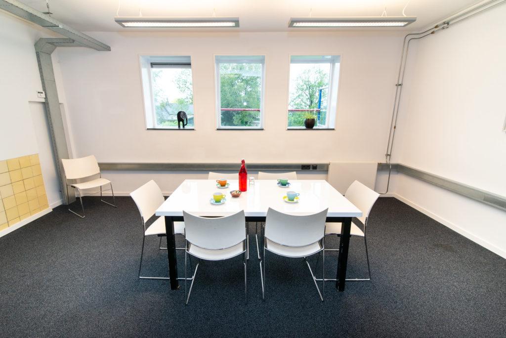 Impressie kleine subzaal kantoorruimte